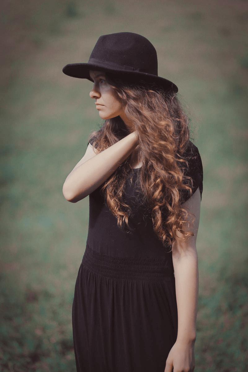 Elegantes Kleid und schlichter Hut