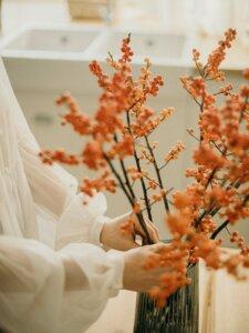 Vase mit vielen Zweigen von Herbstfrüchten